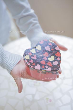 プレゼントを持つ女性の写真素材 [FYI00468749]