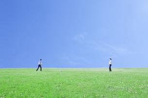 サッカーをするビジネスマンの写真素材 [FYI00468771]