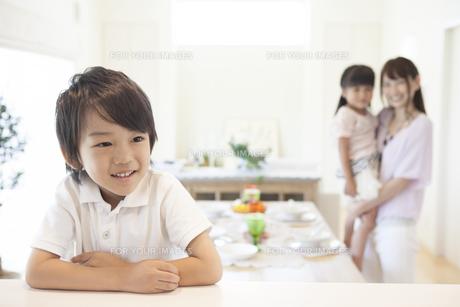 腕を組む男の子の写真素材 [FYI00468857]