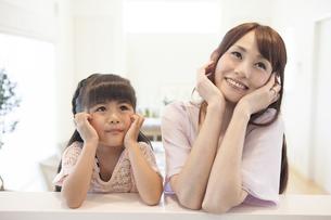 考えるお母さんと女の子の写真素材 [FYI00468864]