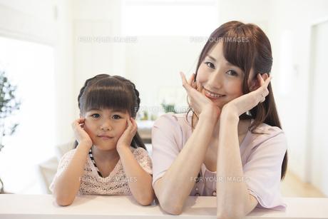 考えるお母さんと女の子の写真素材 [FYI00468865]