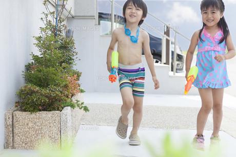 水遊びをする男の子と女の子の写真素材 [FYI00468905]