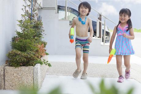 水遊びをする男の子と女の子の写真素材 [FYI00468909]