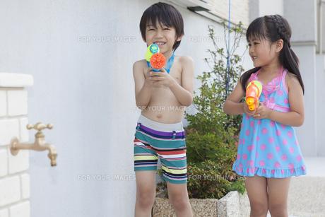 水遊びをする男の子と女の子の写真素材 [FYI00468917]