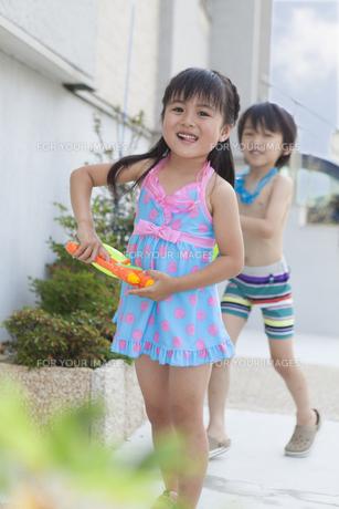 水遊びをする男の子と女の子の写真素材 [FYI00468919]