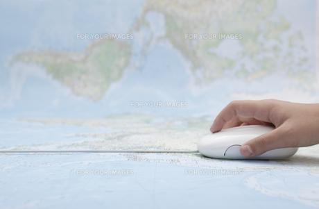 世界地図と子供の手とマウスの写真素材 [FYI00468989]