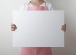 主婦とホワイトボードの写真素材 [FYI00468998]