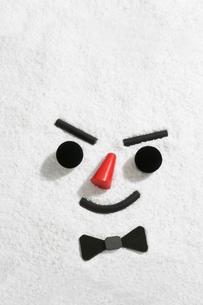 雪に顔(黒の蝶ネクタイ)の写真素材 [FYI00469119]