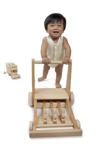 手押し車を持って歩く赤ちゃんの写真素材 [FYI00469121]