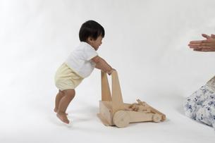 手押し車を持って歩く赤ちゃんの写真素材 [FYI00469126]