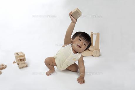 木のおもちゃで遊ぶ赤ちゃんの写真素材 [FYI00469127]