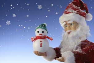 サンタクロースと小さな雪だるまの写真素材 [FYI00469134]