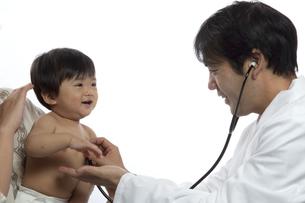診察をする小児科医と赤ちゃんの写真素材 [FYI00469159]