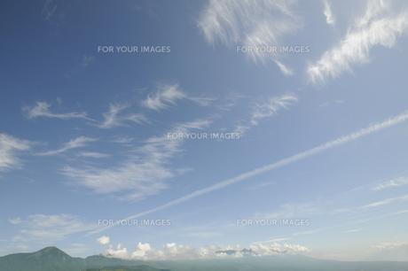 青空と飛行機雲の写真素材 [FYI00469406]
