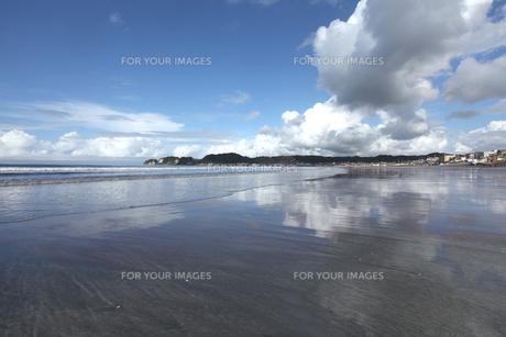 秋空の雲と海岸の写真素材 [FYI00469444]