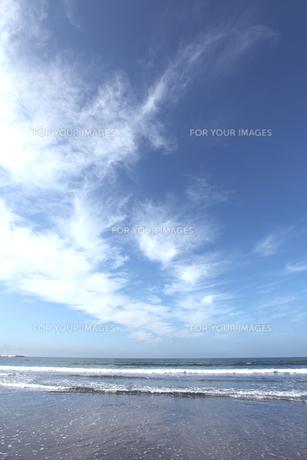 秋空の雲と海岸の写真素材 [FYI00469455]