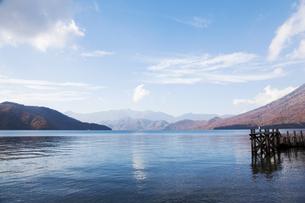 中禅寺湖と桟橋の写真素材 [FYI00469513]