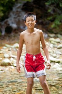 川で水遊びをする少年の写真素材 [FYI00469521]