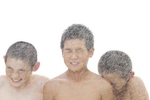水飛沫をあびる少年たちの写真素材 [FYI00469530]