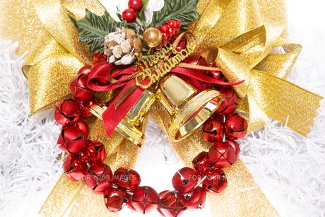 金色のクリスマスベルとリボンと赤い鈴の写真素材 [FYI00469542]