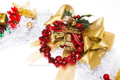 金色のクリスマスベルとリボンと赤い鈴の写真素材 [FYI00469554]