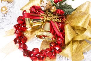 金色のクリスマスベルとリボンと赤い鈴の写真素材 [FYI00469560]