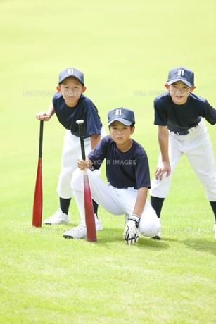 バットを持つ小学生の野球少年の写真素材 [FYI00469572]