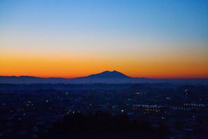 栃木県壬生町より望む朝焼けの筑波山と壬生町の町並の写真素材 [FYI00469576]