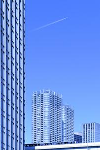 ゆりかもめと超高層タワーマンションの写真素材 [FYI00469764]