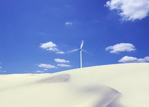 風車と砂丘の写真素材 [FYI00469795]