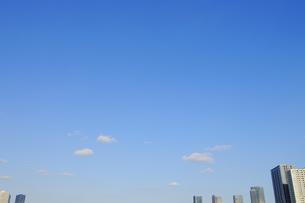 千切れ雲と東雲の高層タワーマンション群の写真素材 [FYI00469816]