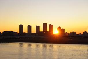 晴海大橋より望む東雲のタワーマンション群と日の出の写真素材 [FYI00469841]