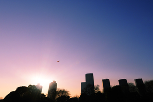 東雲のタワーマンション群と夕日と飛行機の写真素材 [FYI00469865]