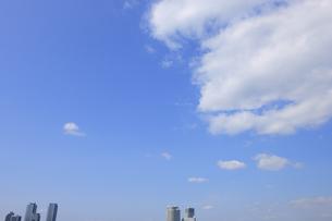 横浜みなとみらい21の高層タワーマンション群と雲の写真素材 [FYI00469884]