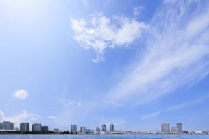 横浜港海上から見る高層タワーマンション群の写真素材 [FYI00469894]