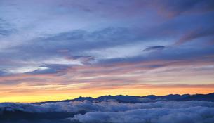 雲海と乗鞍高原山頂の夜明けの写真素材 [FYI00469939]