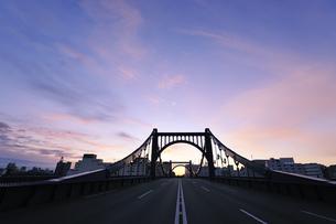 朝焼けの正月の清洲橋の写真素材 [FYI00469962]