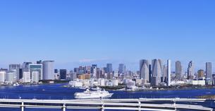 東京港と大型客船と都心のビル群の写真素材 [FYI00469963]