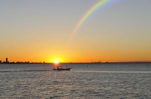 東京湾の日の出と虹と幕張新都心の写真素材 [FYI00469968]