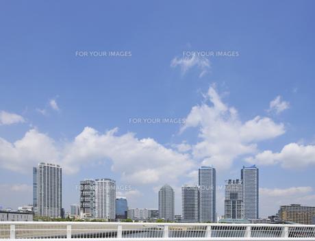 みなとみらい橋とポートサイド地区の高層マンション群の素材 [FYI00470036]