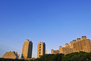 夕日に輝くお台場の高層タワーマンション群の写真素材 [FYI00470037]