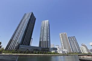 豊洲運河と豊洲の高層タワーマンション群の写真素材 [FYI00470067]