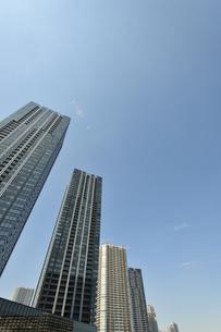 豊洲運河岸の高層タワーマンション群の写真素材 [FYI00470080]