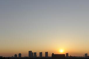 東雲のタワーマンション群と夕日の写真素材 [FYI00470095]