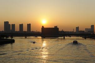東雲のタワーマンション群と曙運河の夕日の写真素材 [FYI00470113]