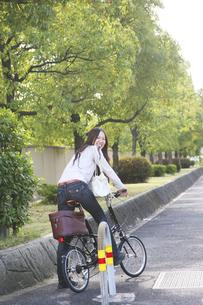 自転車に乗る女性の写真素材 [FYI00470201]