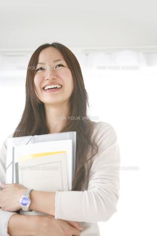 ノートを持つ女子大学生の素材 [FYI00470202]