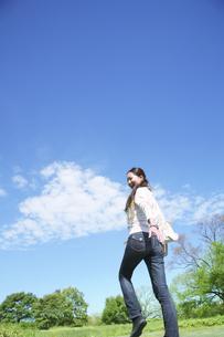 歩く女性と青空の写真素材 [FYI00470204]