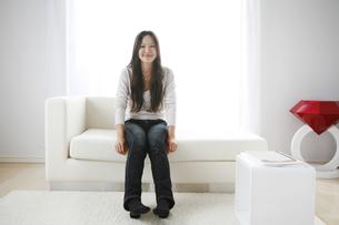 ソファーに座ってくつろぐ女性の写真素材 [FYI00470207]