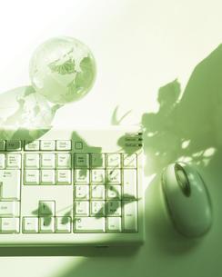 ガラスの地球儀とキーボードの写真素材 [FYI00470209]